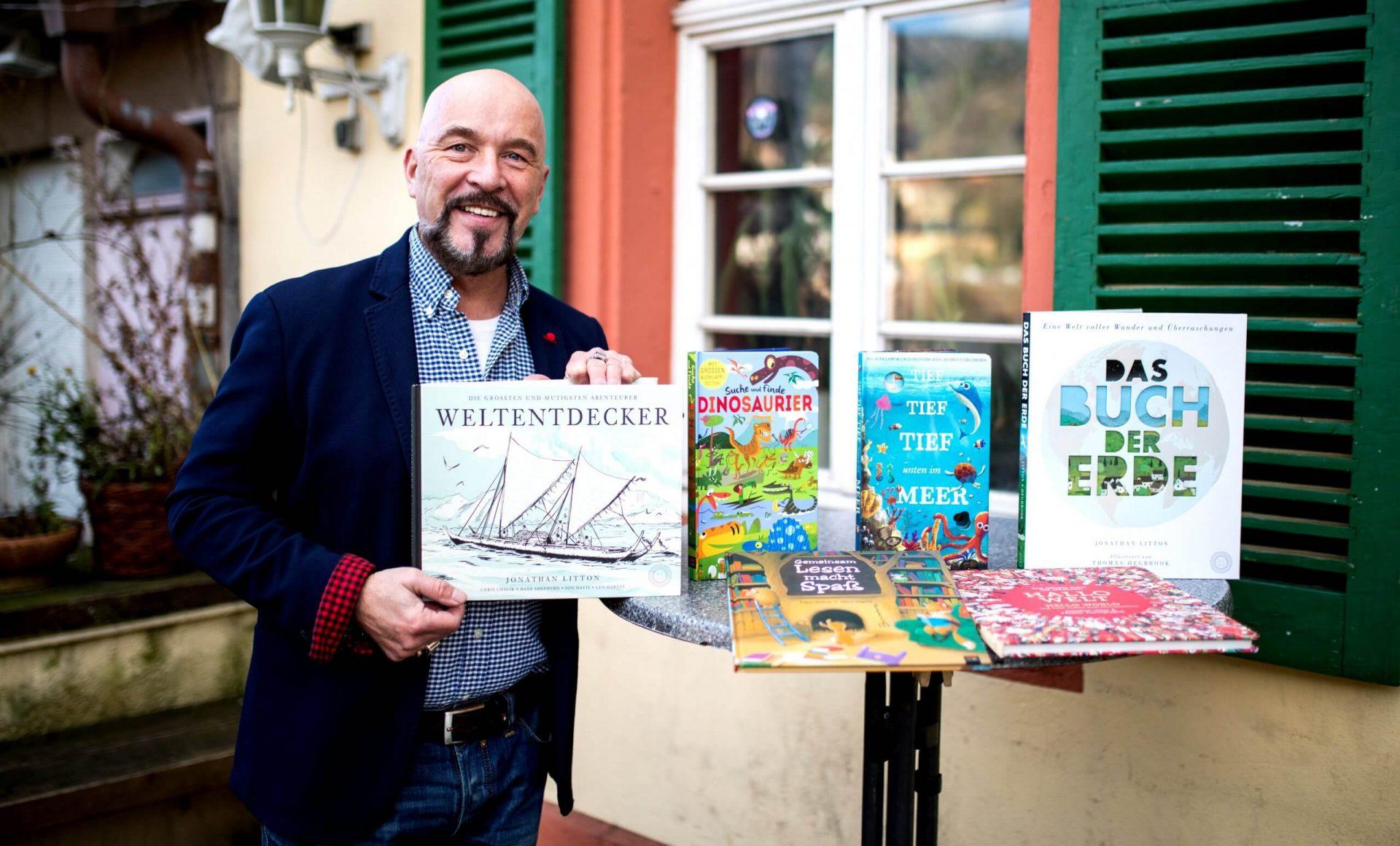 Verleger Harald Kiesel mit einer Auswahl von Büchern des 360 GRAD VERLAGS (c) 360 Grad Verlag / Tobi Dittmer