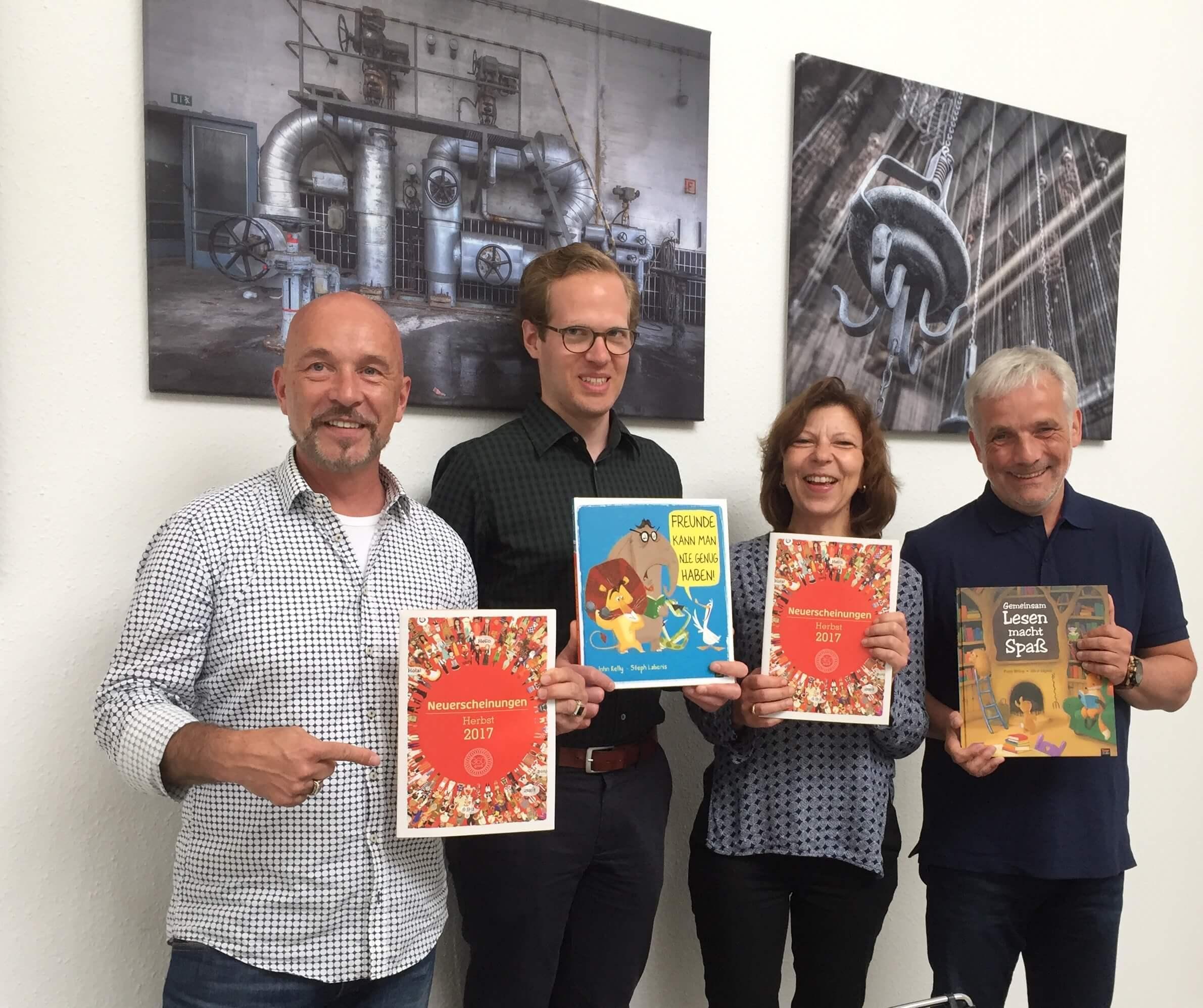 Vertriebsleiter Michael Böhme, Uta Gunasekara und Philipp Schlüter mit Harald Kiesel (v.r.) (c) 360 Grad Verlag